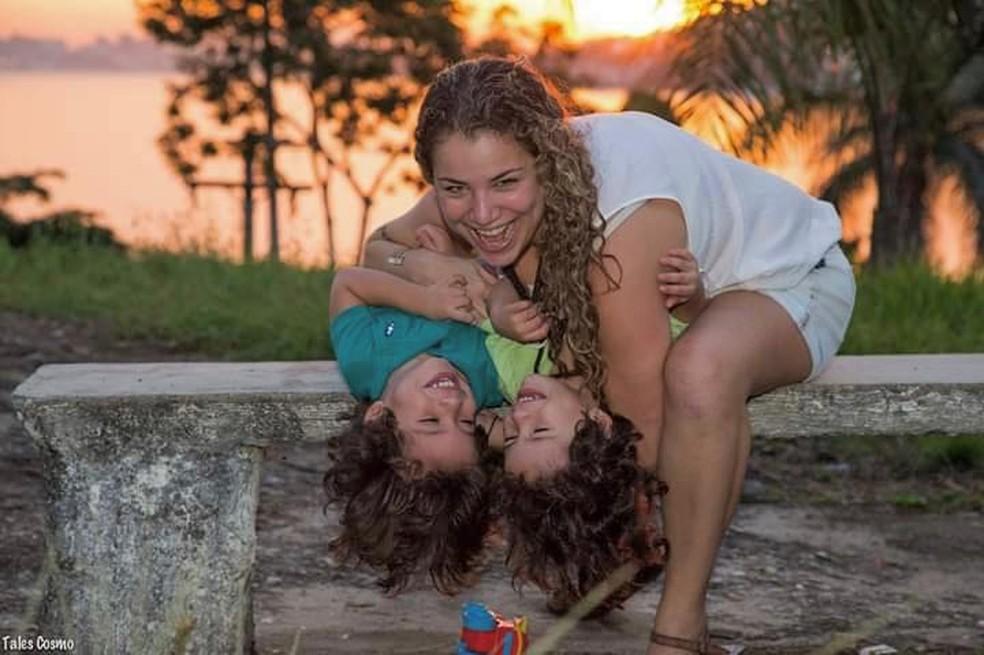 Camila Cidade, estudante da UFF, com os filhos gêmeos. — Foto: Reprodução