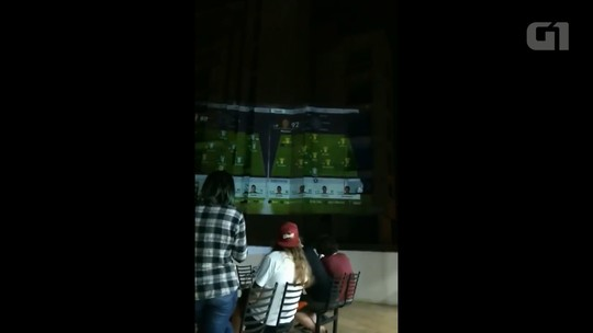 De férias, amigos usam prédio para jogar futebol em 'tela gigante'