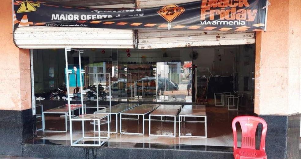 Enchente invadiu lojas no Centro de São Carlos — Foto: A CidadeON/SãoCarlos