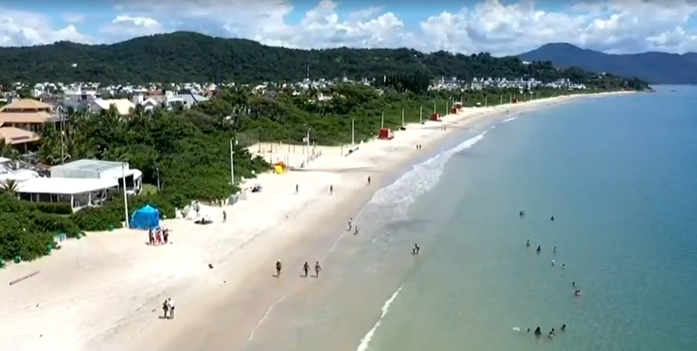 Praia de Jurerê em Florianópolis no início da tarde deste sábado (6) — Foto: NSC TV/Reprodução
