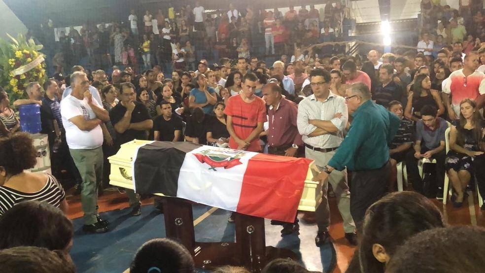 Corpo de Gedson Santos é velado no ginásio municipal de Itararé — Foto: Airton Salles Jr./TV TEM