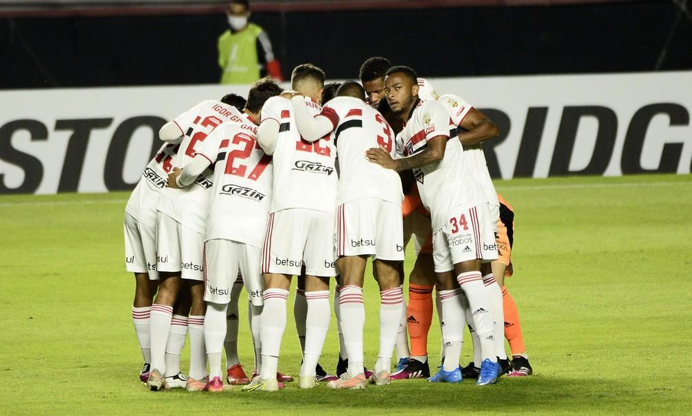 Jogadores do São Paulo durante partida contra o Racing — Foto: Marcos Ribolli