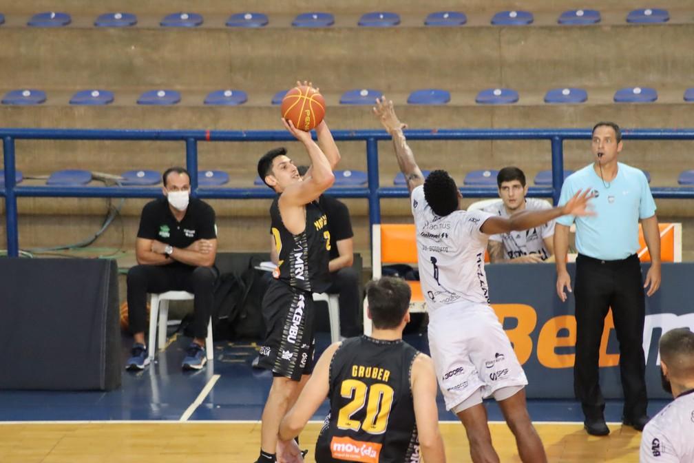 Lance da partida em que o Mogi dominou o Bauru apostando nos arremessos da linha dos três pontos  — Foto: Gabriel Costa/Cerrado