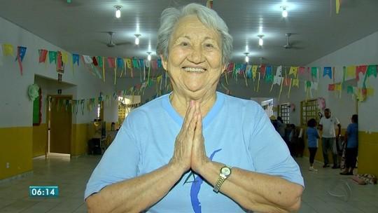 Finalista do Prêmio Bom Exemplo dá aulas de yoga de graça para idosos