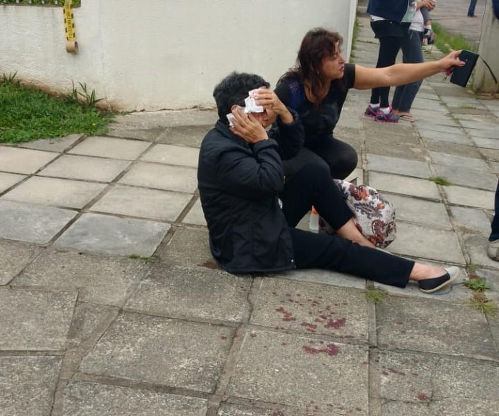 A idosa foi socorrida por policiais e encaminhada para o hospital com ferimentos no rosto — Foto: Marcial Gutierrez de Bonfim/PMPR