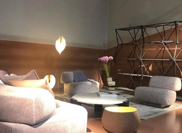 Showroom da marca Moroso, em parceria com o designer alemão Ingo Maurer. Na foto,  poltrona Gogan, de Patricia Urquiola, com as luminárias Babadul, Yoruba Rose e Led's Oskar de Ingo Maurer (Foto: Casa e Jardim)