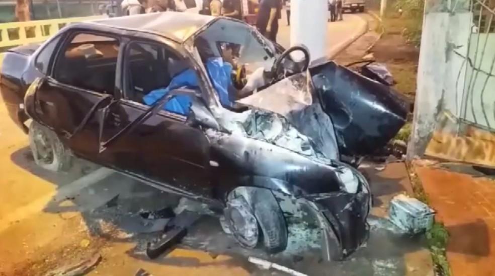 Jovens estavam em carro que bateu contra casa em Lambari (MG) — Foto: Reprodução/EPTV