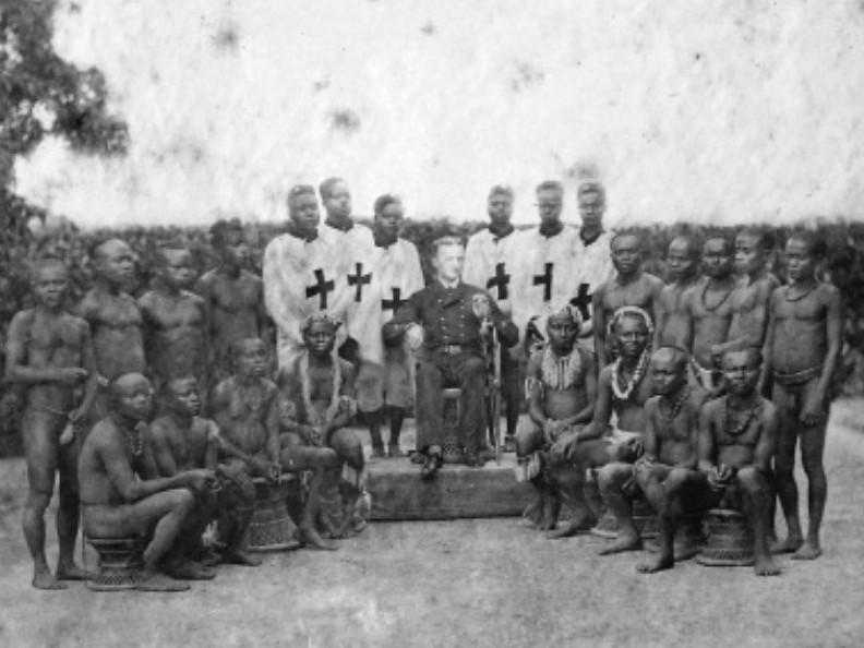 Maurice Vidal Portman ao redor de membros que viviam nas ilhas de Andamã e Nicobar (Foto: Reprodução)