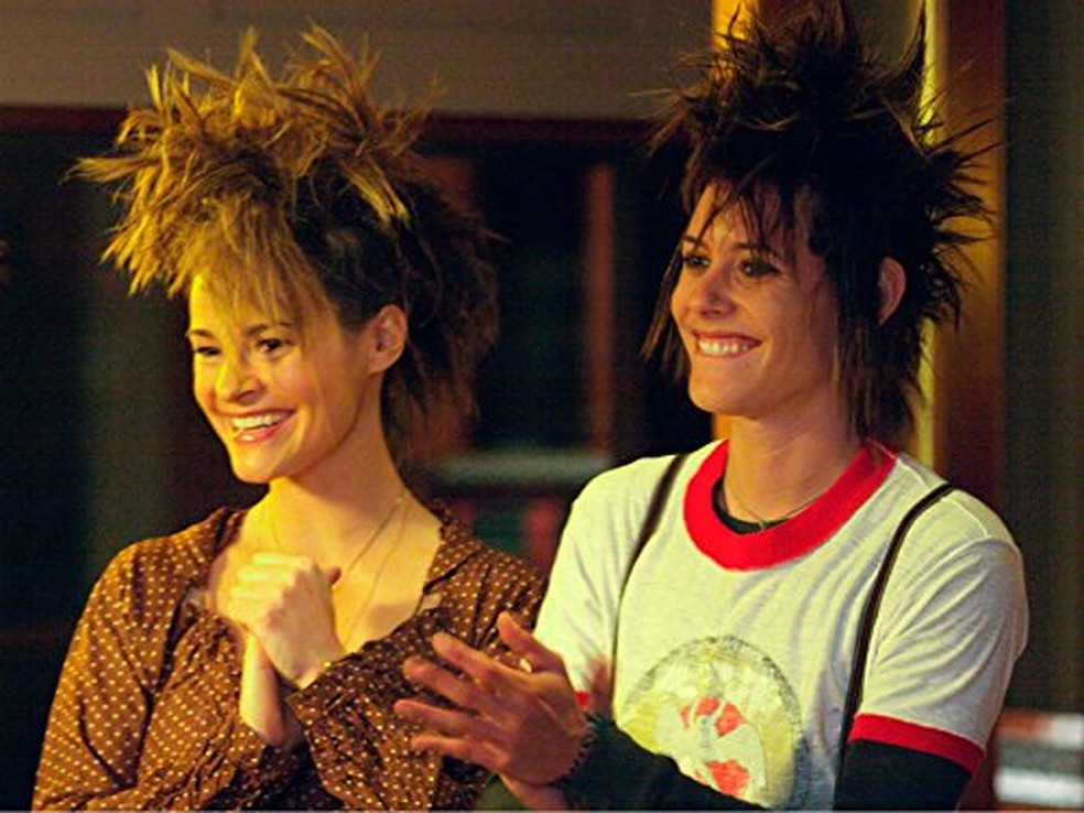 Leisha Hailey e Katherine Moennig em 'The L Word' em 2004 — Foto: Reprodução