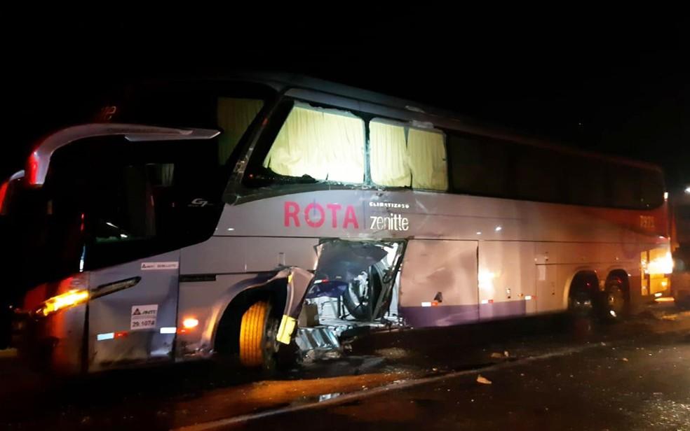 Ônibus envolvido em acidente na BR-116, em Vitória da Conquista — Foto: Divulgação/PRF