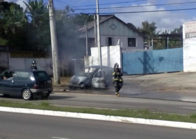 Carro pega fogo e mobiliza bombeiros em Itapeva