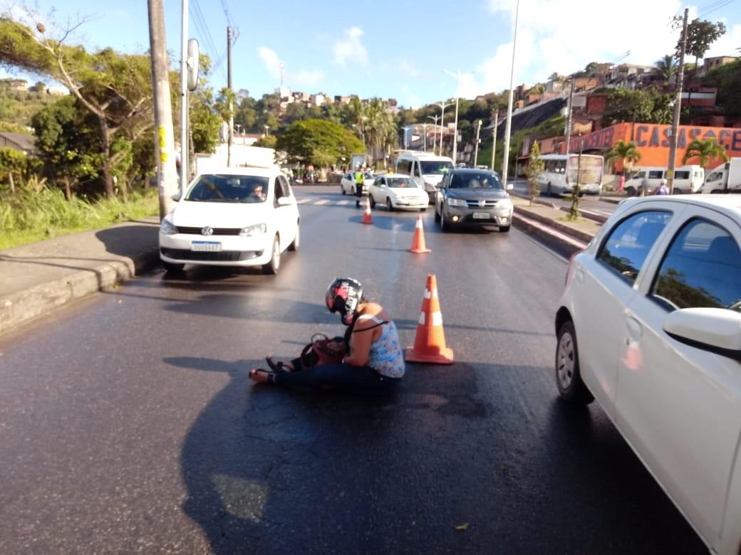 Dois motociclistas ficam feridos após caírem na Av. Suburbana; Transalvador diz que há óleo na pista