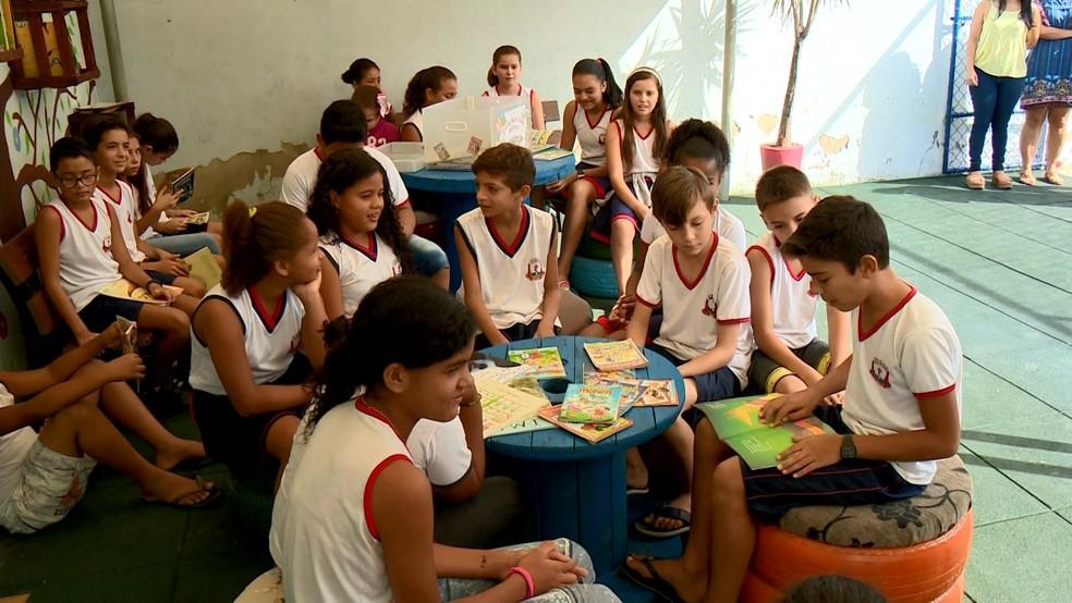 Estudantes se juntam para ler em escola de Aracruz — Foto: Reprodução/TV Gazeta