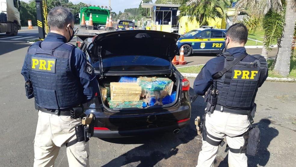 Droga estava no porta-malas do veículo, segundo a polícia — Foto: PRF/Divulgação