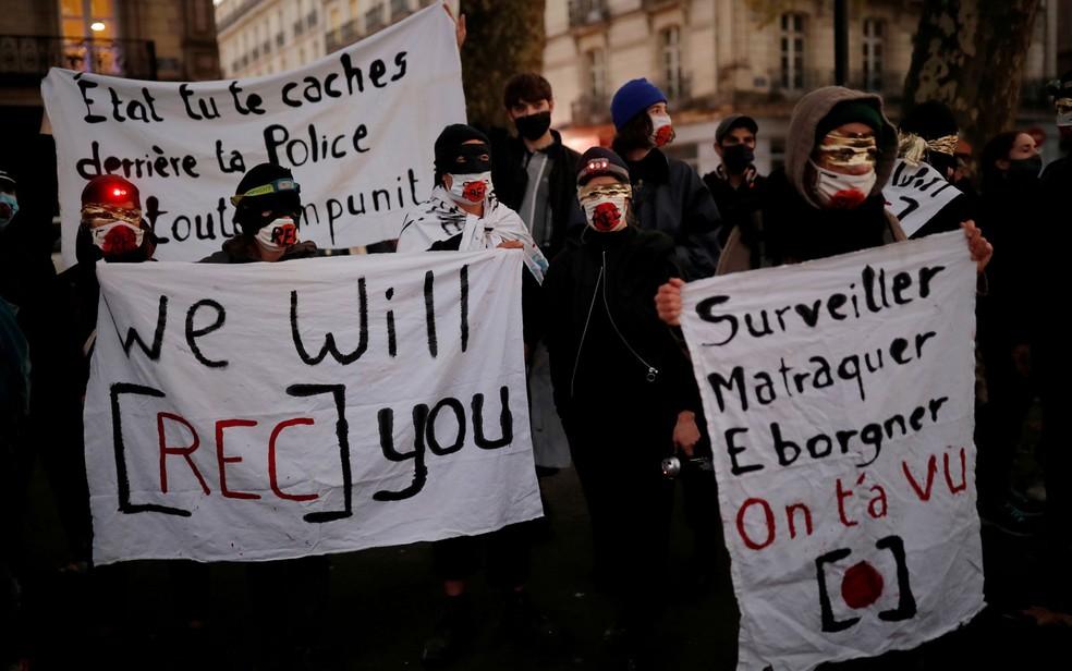 Manifestação em 17 de novembro contra o artigo de lei que impede a filmagem de policiais na França — Foto: Reuters/Stephane Mahe
