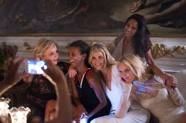 "Designer Alberta Ferretti (left) with models Liya Kebede, Tereza Maxova, Eva Herzigova and novelist Rula Jebreal (standing) at the ""Chaos and Creation"" after-party (Foto: Divulgação)"