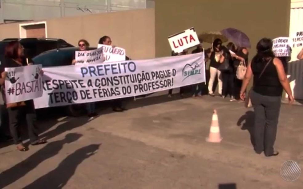 Professores de Itabuna protestaram por atraso do pagamento das férias (Foto: Reprodução/TV Santa Cruz)