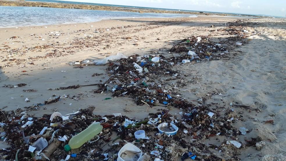 Lixo encontrado na praia de Tabatinga, em Nísia Floresta, no litoral Sul do Rio Grande do Norte — Foto: Sérgio Henrique Santos/Inter TV Cabugi