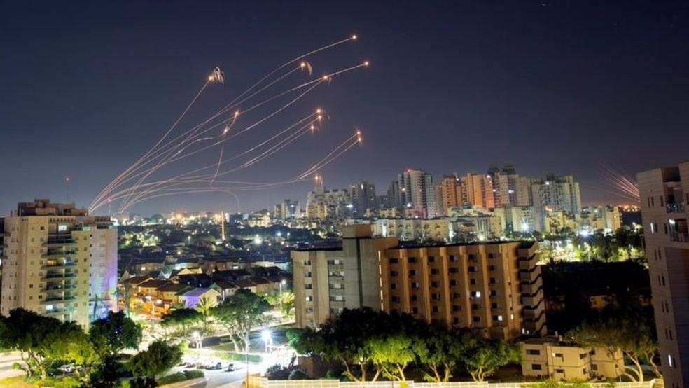 Mísseis do sistema de defesa Cúpula de Ferro de Israel sobem para interceptar foguetes disparados da Faixa de Gaza — Foto: Reuters via BBC