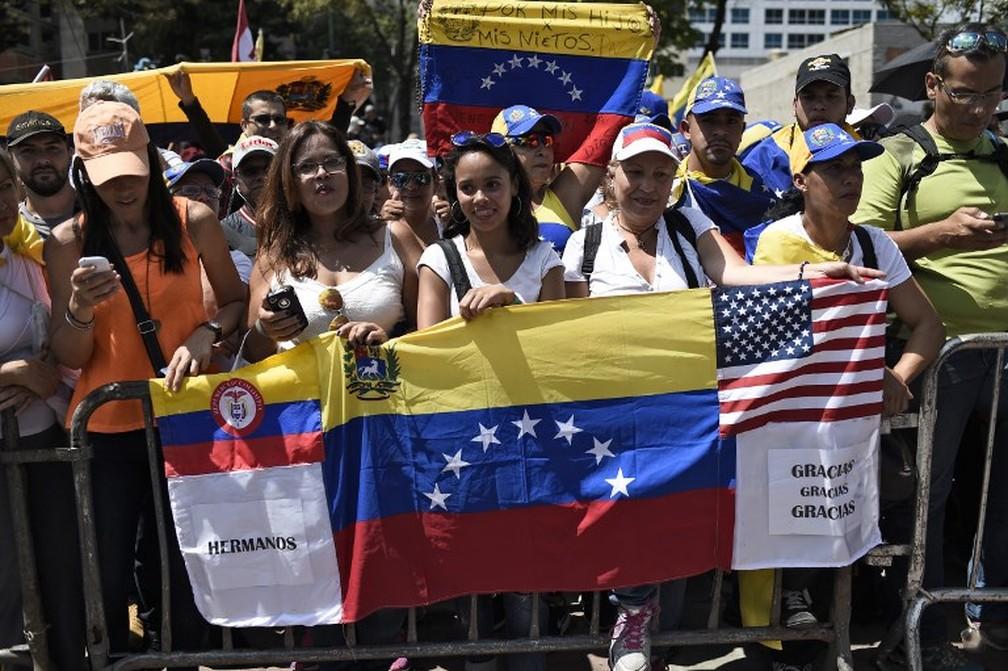 Apoiadores do autoproclamado presidente interino Juan Guaidó reúniram-se nesta segunda (4) em Caracas, na Venezuela, para aguardar o retorno dele ao país. — Foto: Federico Parra/AFP