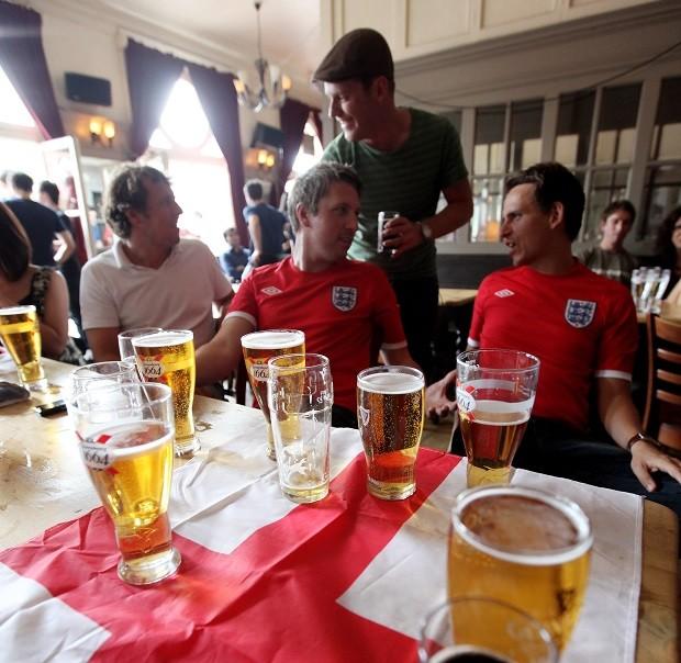Reino Unido enfrenta racionamento de cerveja em meio à Copa do Mundo e a uma onda de calor que atingiu o país no último fim de semana (Foto:  Oli Scarff/Getty Images)