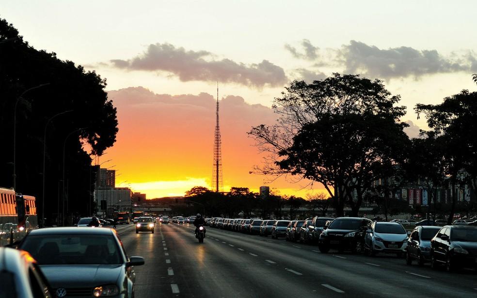 Via S1 da Esplanada dos Ministérios, em Brasília, com vista para a Torre de TV (Foto: Pedro Ventura/Agência Brasília)