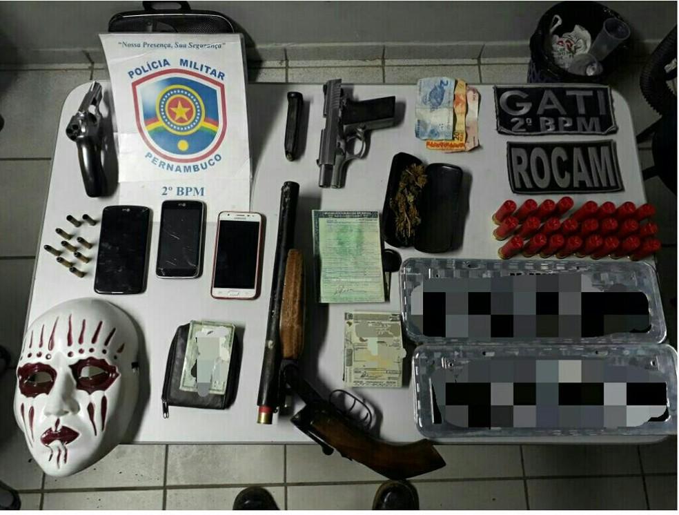 Armas, celulares placas, maconha e dinheiro foram apreendidos (Foto: Polícia Militar/Divulgação)
