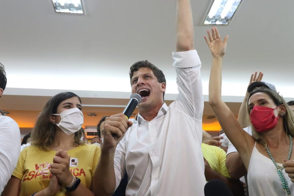 João Campos discursa após ser eleito prefeito do Recife — Foto: Aldo Carneiro/Pernambuco Press