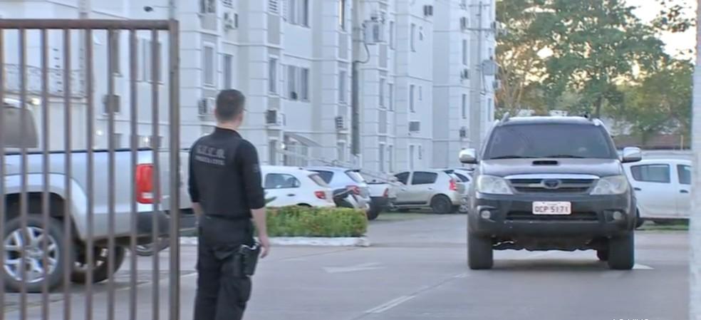Polícia esteve em condomínio, no Bairro Coophema, onde mora o diretor da PCE, alvo da operação — Foto: TV Centro América