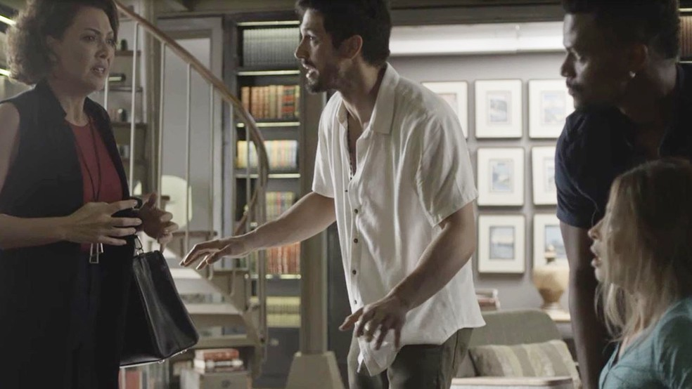 Nana (Fabiula Nascimento) desconfia da acompanhante do pai no roubo da mansão — Foto: TV Globo