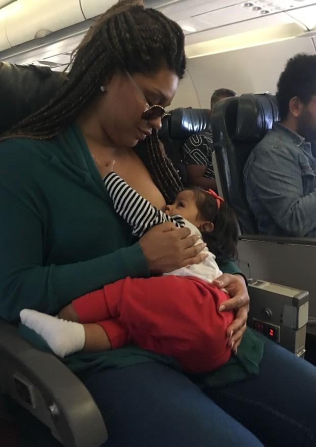 Juliana Alves amamentando a filha Yolanda (Foto: Arquivo pessoal)