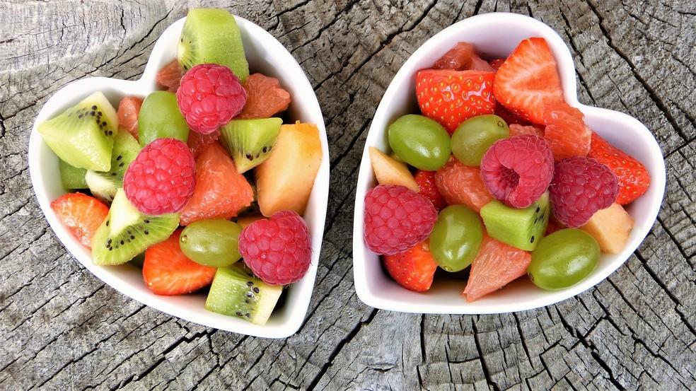 Segundo pesquisa, consumir frutas inteiras ou até mesmo suco de frutas é benéfico para a saúde se limite de calorias diário não for excedido — Foto: Pixabay