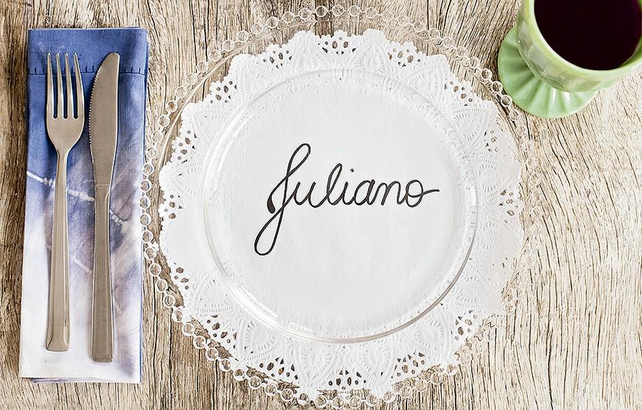 O nome do convidado vai na toalha de papel, sob o prato transparente