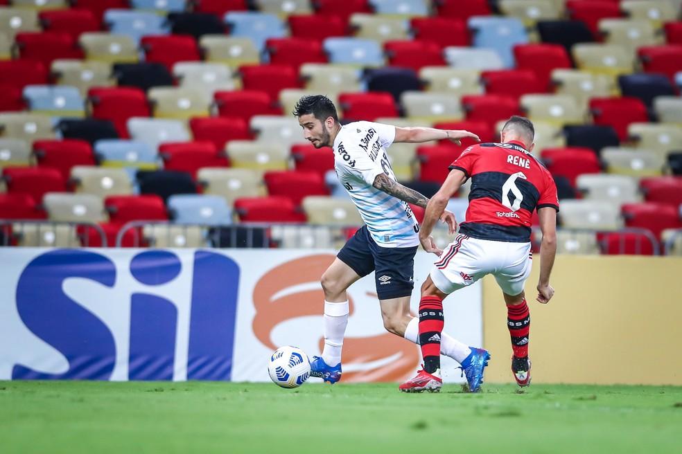 Villasanti em ação pelo Grêmio na vitória sob o Flamengo pelo Brasileirão — Foto: Lucas Uebel/DVG/Grêmio