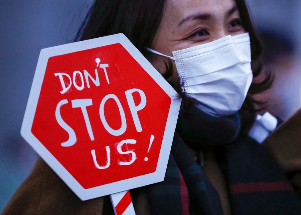 Mulher pede igualdade e fim da discriminação de gênero durante manifestação pelo Dia Internacional da Mulher em Tóquio, no Japão. — Foto: Issei Kato/Reuters