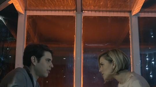 Edgard paquera secretária gata de Alex e a convida para sair