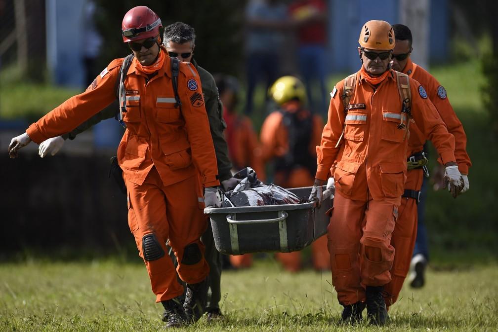 Bombeiros carregam corpo resgatado em Brumadinho — Foto: Douglas Magno / AFP