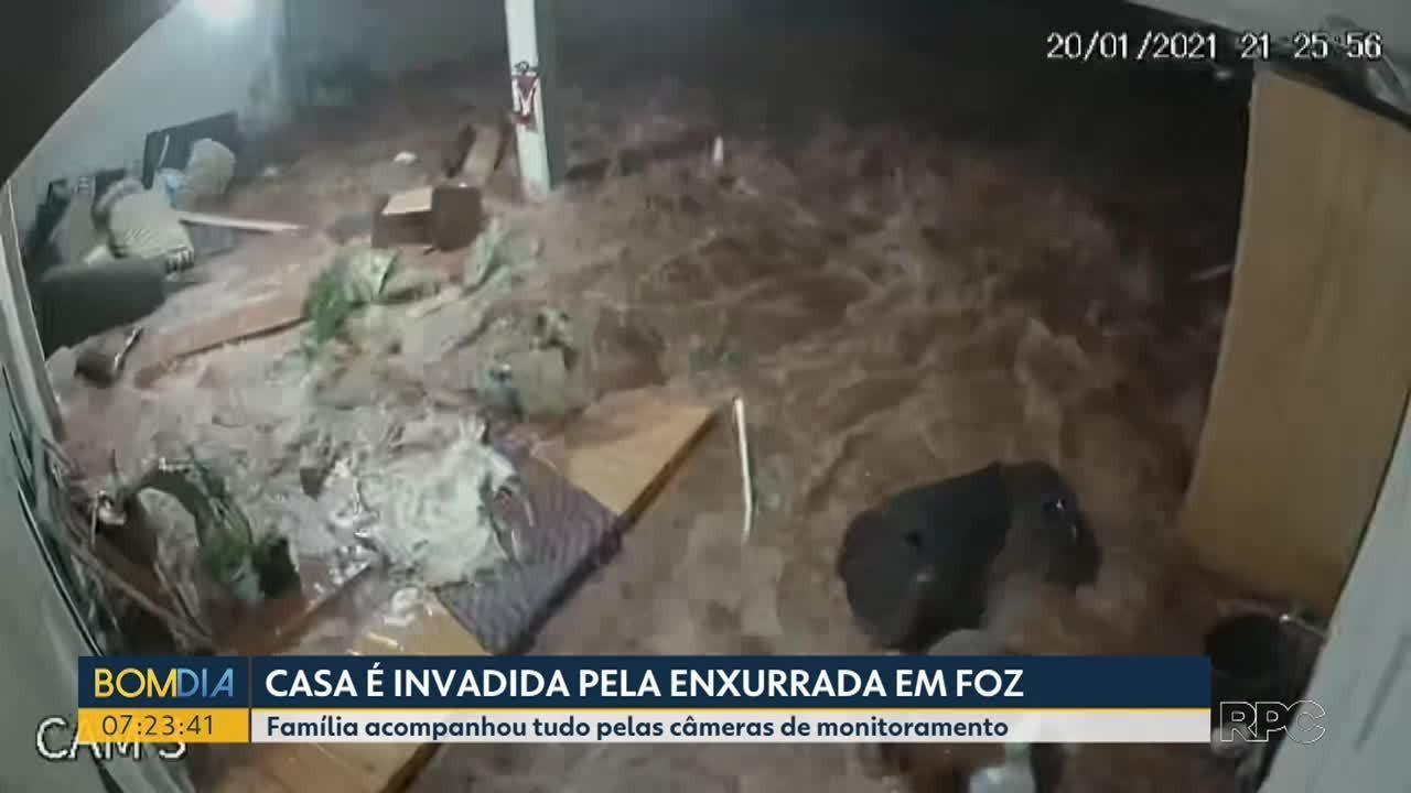 Casa é invadida pela enxurrada em Foz do Iguaçu