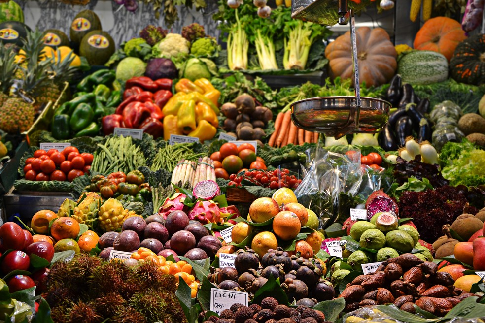 Frutas, legumes e verduras sazonais são opções nutritivas e com custo reduzido — Foto: Unsplash/Divulgação