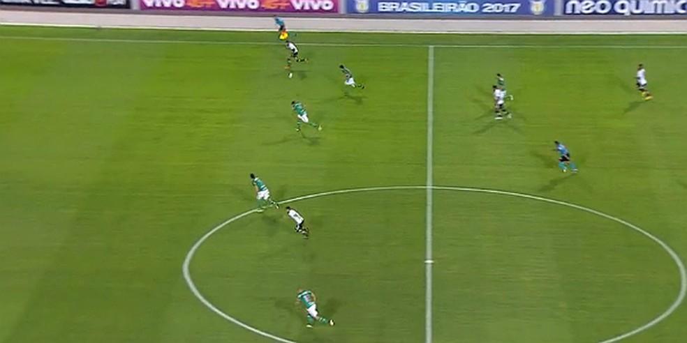 2 - Bola, no entanto, vai pelo alto, em suas costas, e pega defesa desprotegida (Foto: Reprodução)