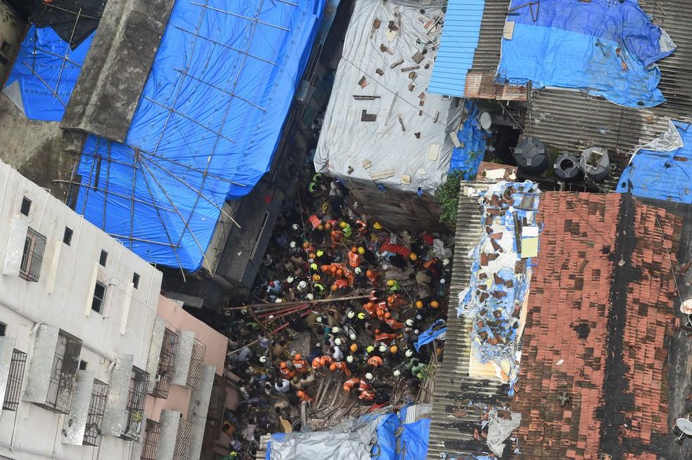 Equipes de resgate procuram sobreviventes depois que um prédio desabou em Mumbai, na Índia, nesta terça-feira (16)  — Foto: Punit Paranjpe / AFP