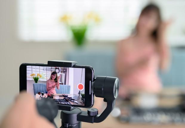 Gravação, celular, blogueira, vídeo, live (Foto: Patchareeporn Sakoolchai via Getty Images)
