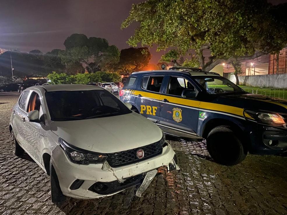 Após deter dupla por fugir de posto sem pagar pela gasolina, PRF descobriu que carro era roubado e encontrou armas de fogo. — Foto: Sérgio Henrique Santos/Inter TV Cabugi