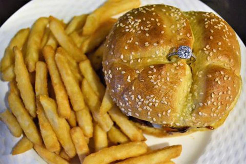 Restaurante oferece hambúrguer com anel de noivado no Dia dos Namorados nos EUA (Foto: Pauli's Northend/Facebook)