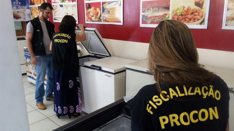 Fiscais do Procon-GO devem ter curso superior (Foto: Guilherme Mendes/TV Anhanguera)