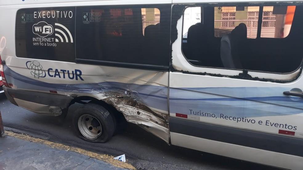 Lateral da van de turismo ficou danificada e vidro foi quebrado no acidente, no bairro da Tamarineira, no Recife — Foto: Ricardo Novelino/G1