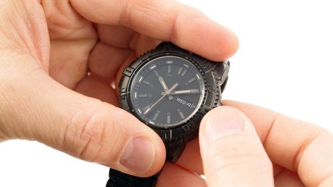 7dad4697008 Relógios devem ser atrasados em uma hora à meia noite de sábado para  domingo (Foto