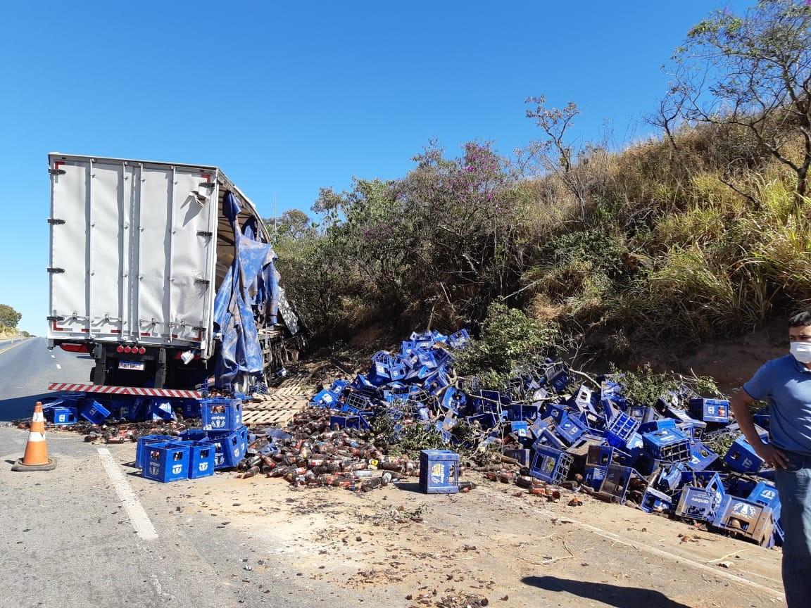 Motorista morre após caminhão bater em barranco na BR-262 em Campos Altos