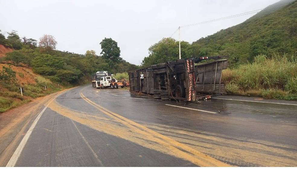 Batida entre dois caminhões deixa motorista ferido no oeste da Bahia — Foto: Foto: PRF/ Divulgação