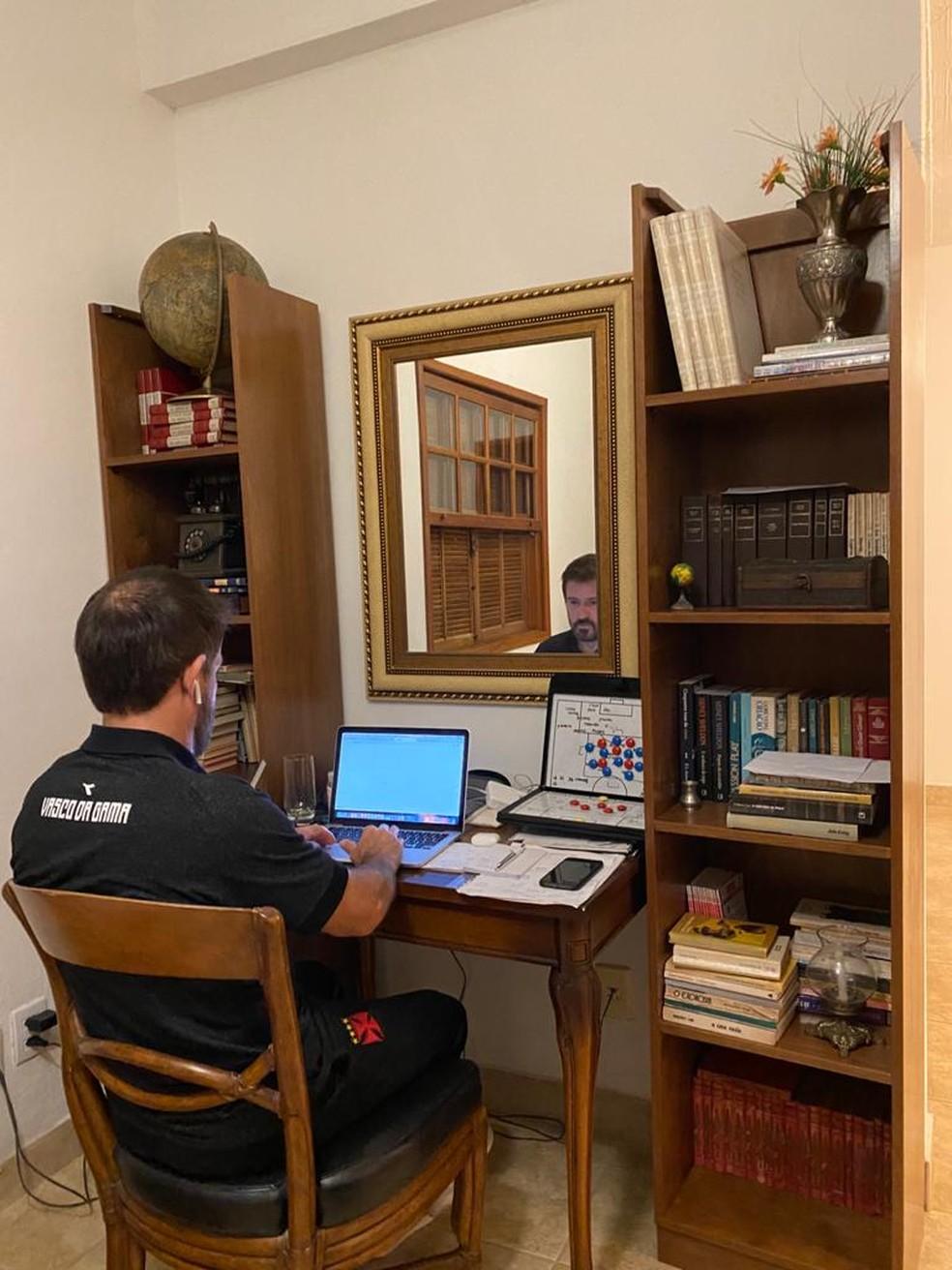 Repare que no escritório de Ramon, técnico do Vasco, há um campinho para montar seu esquema — Foto: Divulgação